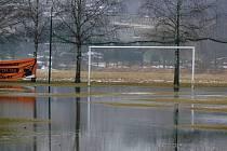 Voda z tajícího sněhu se usadila na fotbalovém hřišti v Ústí