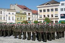 Slavnostní nástup 7. mechanizované brigády na náměstí v Hranicích.