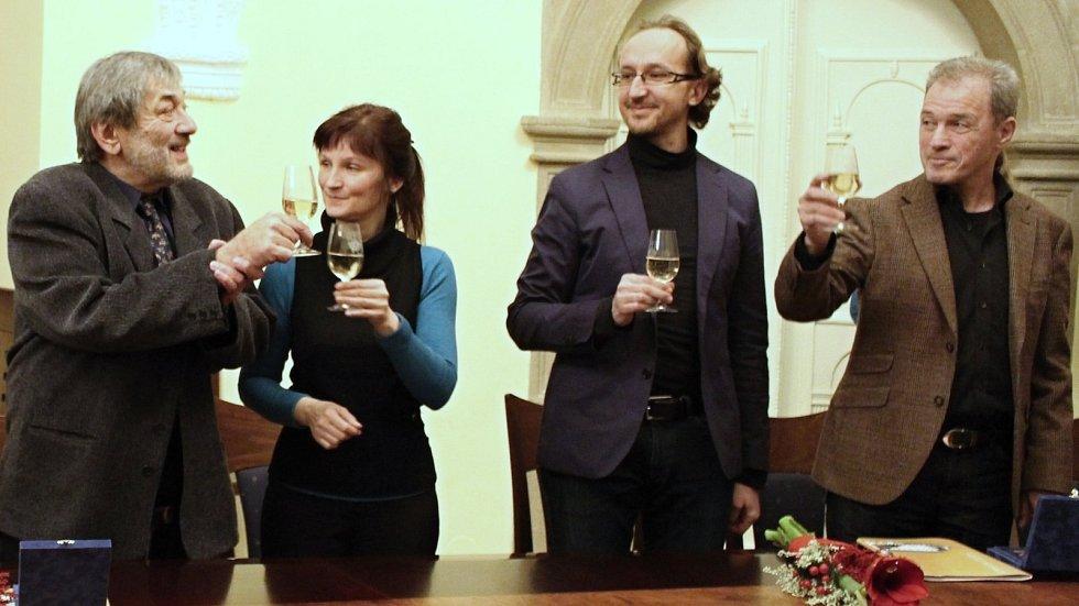 Cenu města Hranice obdrželi slavní sourozenci Marta Skarlandtová a Milan Hein a dlouholetý ředitel místní Základní umělecké školy Mojmír Chuda.