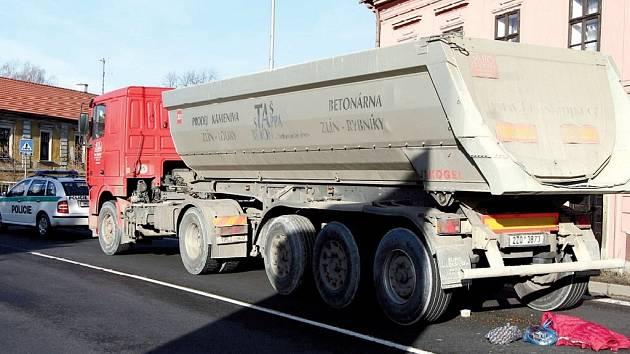 Osmdesátiletou ženu přejel v Hranicích kamion.