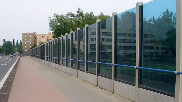 Protihluková stěna na mostě Legií připravila o život desítky ptáků.