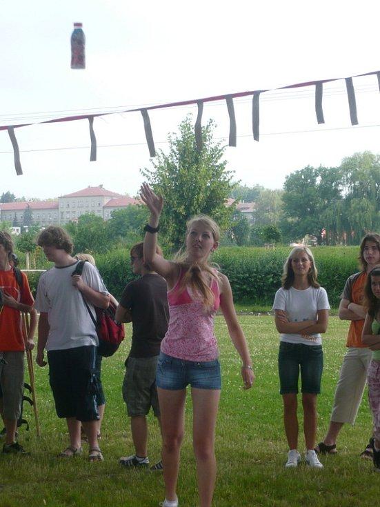 Studenti soutěžili v celkem dvaceti nezvyklých disciplínách, na závěr pak mohli posoudit, která třída je nejlepší.