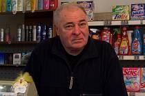 Jiří Horák ve svém obchodě.