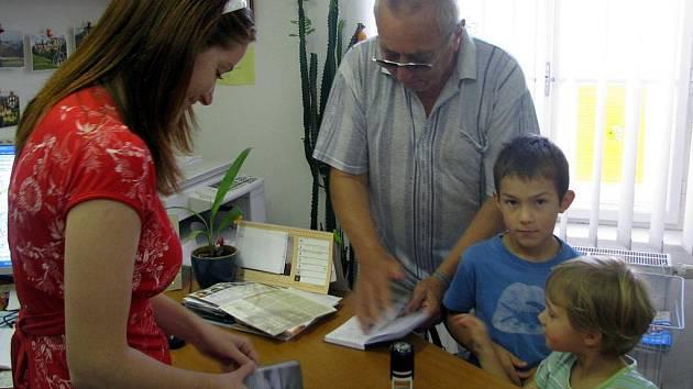 Městské informační centrum v Hranicích nerozdává jen rady a tipy na výlety, ale také turistická razítka. Pan Richard Opěla z Hranic si tam pro ně přišel i se svými vnoučaty.
