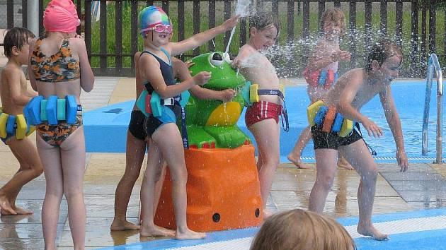 Na nově otevřeném koupališti v Hranicích čekají na děti různé typy brouzdališť. Nejmenší návštěvníci se tak mohou těšit na vodní zvířátka, berušku i vodní hřib.