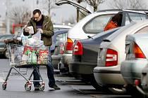 Přestože na parkovištích před supermarkety hlídá bezpečnostní služba, dobře se ujistěte, že jste své auto dobře uzamkli.