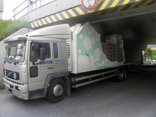 Volvo skončilo zaklíněné pod železničním podjezdem.