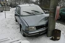 Řidička narazila do sloupu elektrického vedení.