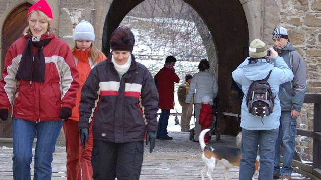 Novoroční výšlap na Helfštýn si nenechaly ujít stovky lidí.