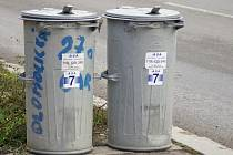 Některé popelnice ve městě už nálepku mají. Radnice je začala rozdávat podnikatelům.