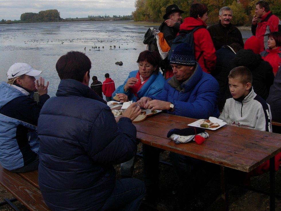 Návštěvníky přilákaly kromě atraktivní podívané také rybí speciality.