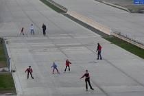 Slunečné počasí a příjemné teploty o víkendu lákaly ke sportování. Někteří obyvatelé Hranic vyrazili i přes zákaz na nedokončený úsek dálnice s in-line bruslemi.
