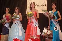Veronika Žaganová (na snímku vpravo) získala v krajském kole Dívky roku na svou stranu diváky v sále a stala se Dívkou publika.