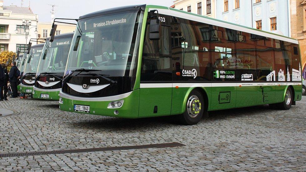 Na hranickém Masarykově náměstí bylo představeno šest nových elektrobusů
