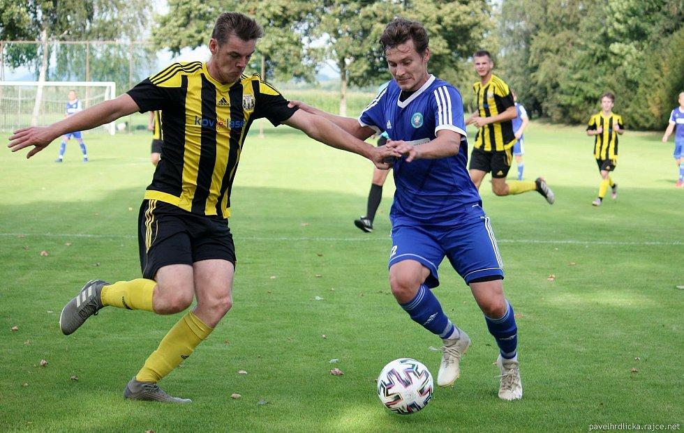 Fotbalisté Všechovic (v modrém) porazili Nové Sady 1:0. Adam Hrdlička