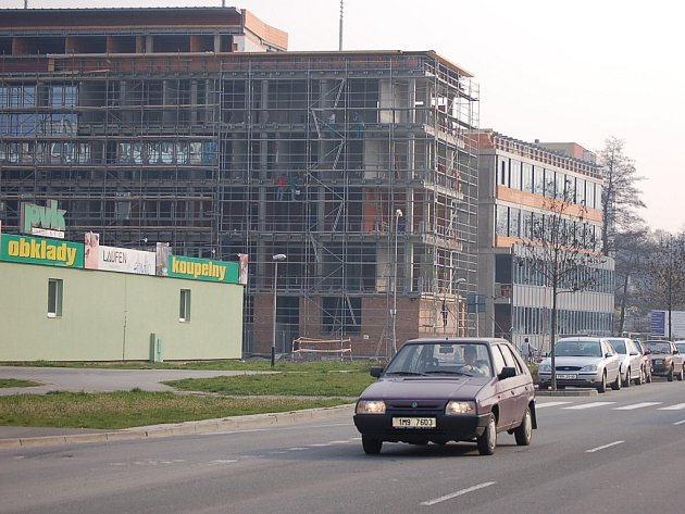 Parkoviště u výstaviště je už dnes z části zastavěné novou budovou pro policisty, která se ale setkává s častou kritikou Přerovanů.