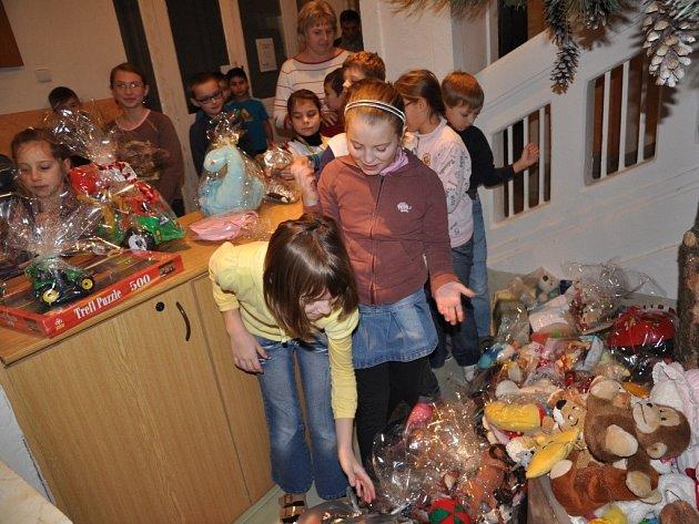 Děti ze Základní školy Drahotuše nasbíraly pod školní borovicí přes pět set dárků. Všechny se v úterý dopoledne přesunuly do zámecké dvorany.