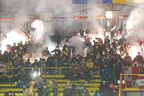 Už po skončení zápasu při odchodu olomouckého týmu z ledu vhodil rozlícený prostějovský fanda na (naštěstí) prázdné kluziště skleněnou láhev, která se logicky rozprskla na stovky střepů.