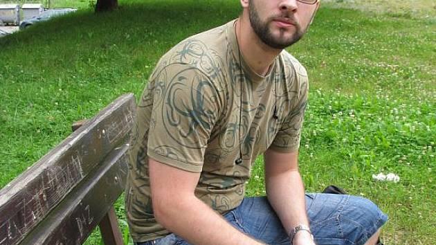 Terénní pracovník Tomáš Šenovský na pravidelné pochůzky s sebou nosí čisté jehly, dezinfekční tampony i jiné pomůcky