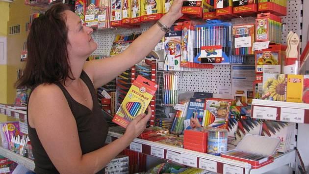 Zásoby školních pomůcek shromažďují některé hranické prodejny už od července. Na příliv zákazníků, který je očekáván v příštím týdnu, jsou prý tedy náležitě připraveny.