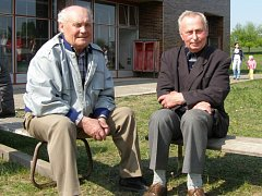 Bohumil Čechák a Metoděj Rygal – nejstarší členové Sboru dobrovolných hasičů v Kokorách.