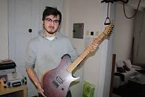 Jan Dietl v Hranicích pod vlastní značkou vyrábí exkluzivní kytary.