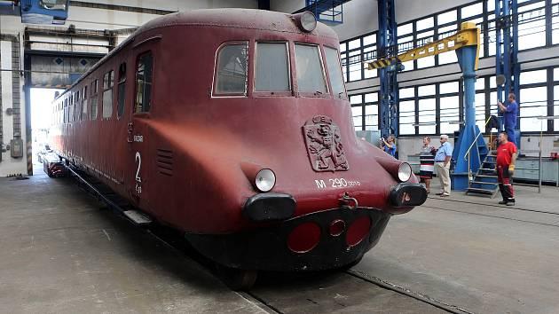 Motorový vůz řady M 290.0 zvaný Slovenská střela dorazil do Hranic na opravu.
