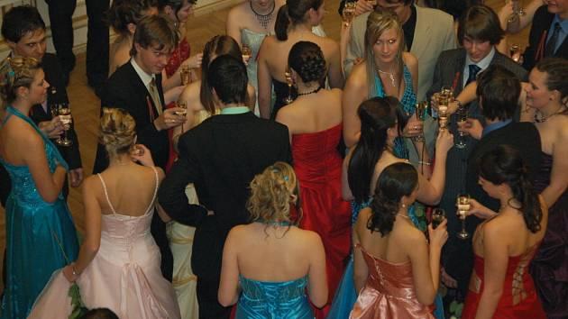 Stužkovací plesy maturantů jsou v plném proudu.