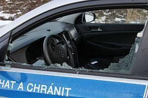 Mladík v Hranicích prohodil lahev oknem policejního auta