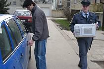 Úředně zmocněného exekutora Davida Říhu provází při zabavování majetku dlužníků justiční stráž, která zajišťuje jeho ochranu.