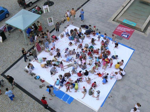 Desítky dětí a lidí vymalovávalo obří mandalu.