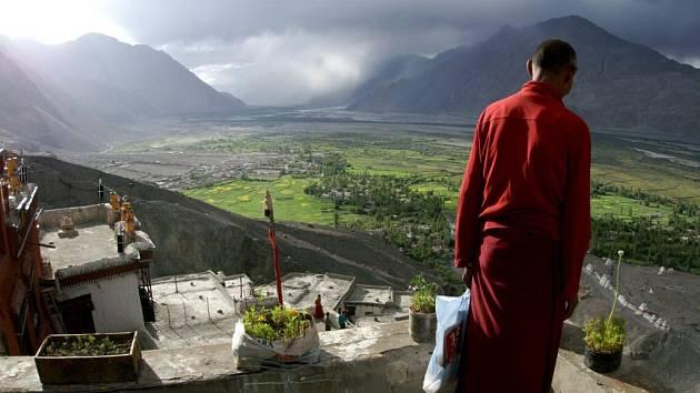 Pohled do údolí, to je  hra barev, mlhy a dalekých obzorů.