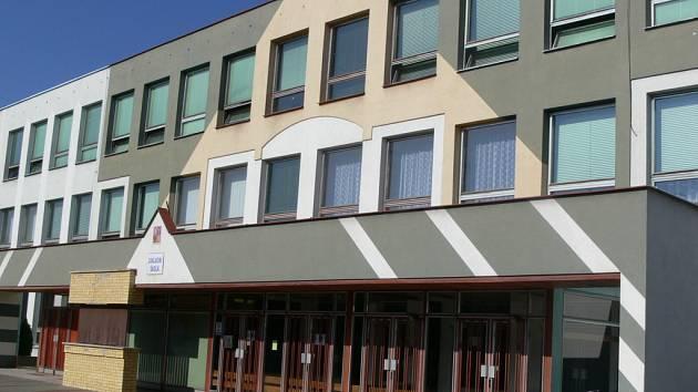 Do obou tělocvičen školy zatéká. Havarijní stav střechy je nutné řešit co nejdříve.