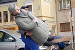 Velký figurální betlém, který zhotovil řezbář a výtvarník Alexander Forýtek z Turovic, zdobí prostranství před radnicí v Dřevohosticích