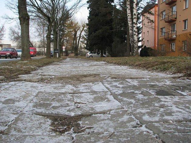 Rozbitý chodník na sídlišti Struhlovsko. Ilustrační foto