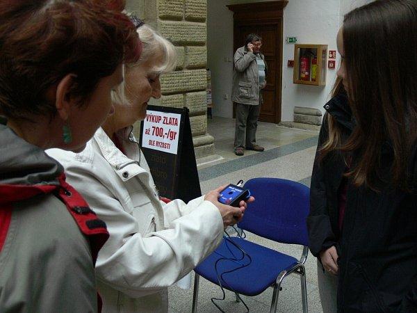 Veřejnost vHranicích si vyzkoušela pomůcky pro zrakově postižené