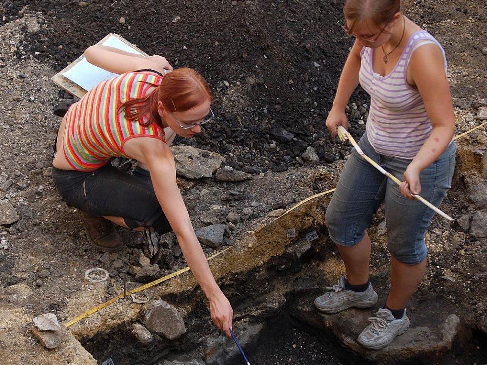 Unikátní objevy učinili přerovští archeologové, kteří bádají v proluce mezi Žerotínovým a Horním náměstím v Přerově, kde má vyrůst budova nového depozitáře muzea.