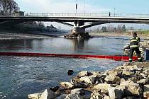Hasiči stavěli nornou stěnu v Hranicích - kvůli zpěněné Bečvě. 2. 12. 2020