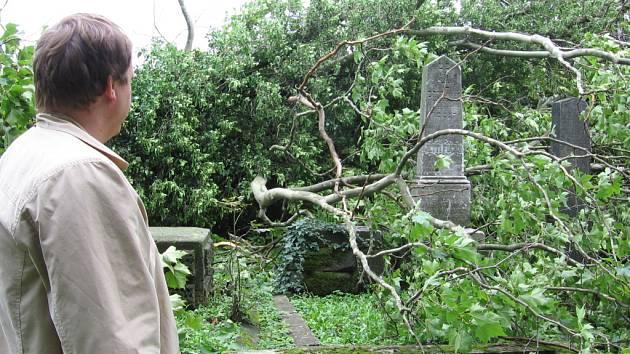 Vichiřce zanechala na židovském hřbitově v Lipníku velkou spoušť.