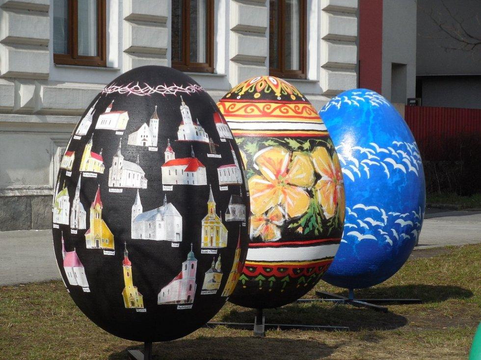 Letošní velikonoční svátky se od těch, které se konají za běžných podmínek, v mnohém liší. Děti se například budou muset obejít bez hodování s pomlázkou.