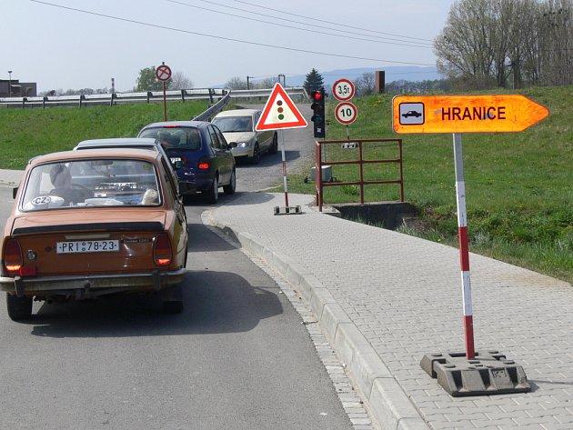 Řidiči osobních aut se na druhou stranu řeky dostanou nouzovým přejezdem po hrázi jezu níže po proudu Bečvy - ulice U Splavu a Žáčkova.
