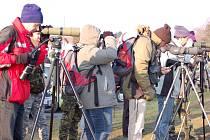 První jarní ornitologickou exkurzi si v sobotu 21. března ráno nenechalo ujít na čtyřicet účastníků.