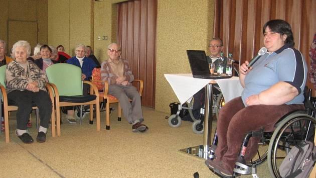 Do křesla pro hosty usedla včera v hranickém domově seniorů čtyřiačtyřicetiletá paralympionička řeckého původu Eva Kacanu z Olomouce.