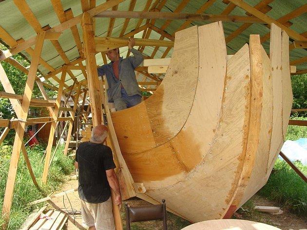 Ještě v červenci má být hotová starořecká diéra, kterou v těchto dnech staví tesaři ze společnosti Kolumbus 92 u přerovské loděnice. Repliku válečné lodi její stavitelé možná otestují na řece Bečvě.