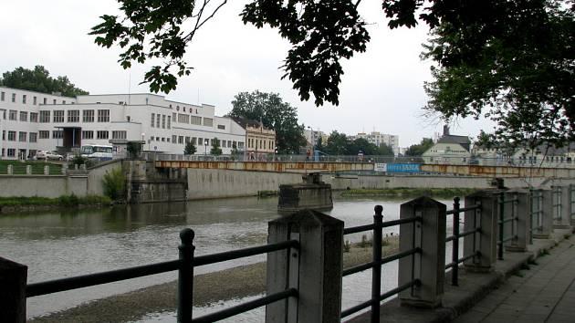 Návrh Tyršova mostu vyvolal mezi lidmi bouřlivé emoce. S přestavbou nynější podoby mostu (na snímku) hodlají přerovští radní začít už na jaře příštího roku.