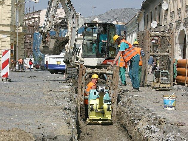 Tak to nyní vypadá v Kojetíně. Výstavba kanalizace je zde totiž v plném proudu.