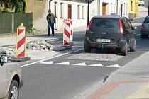Zpomalovací prahy ve tvaru polštářů, které brzdí dopravu v Komenského ulici v Hranicích, neodpovídaly normám. Město došlo k tomuto zjištění pět týdnů po převzetí díla.