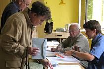 V pátek ve čtrnáct hodin se také v Hranicích otevřela rovná dvacítka volebních místností. Svůj hlas tam přicházeli vhodit do urny voliči všech věkových generací.