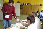 Tiskový mluvčí města Hranic se nenechal zahanbit a rovněž přišel v pátek odpoledne vhodit do volební urny svůj hlas.