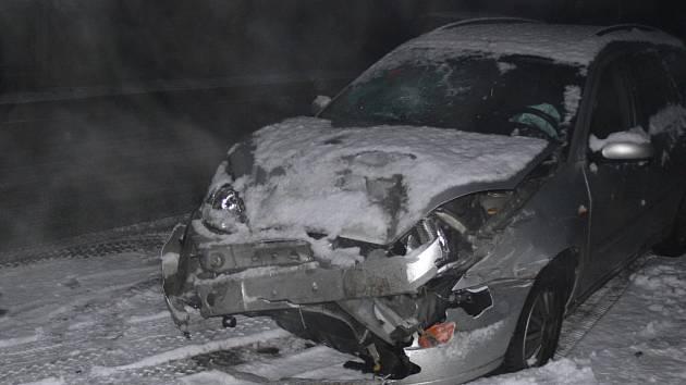 Při nehodě poblíž pláže u Lázničků došlo na obou vozidlech ke značným škodám.